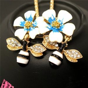Betsey Johnson necklace - bumble bee 🐝